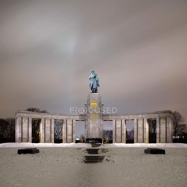 Vista in lontananza del Memoriale sovietico di guerra — Foto stock