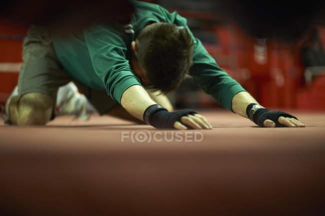 Junger Mann im Box-Gym trainieren, stretching — Stockfoto