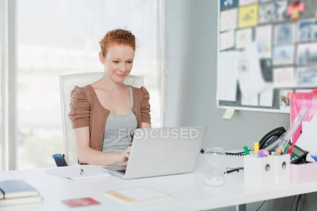 Femme d'affaires travaillant sur ordinateur portable — Photo de stock