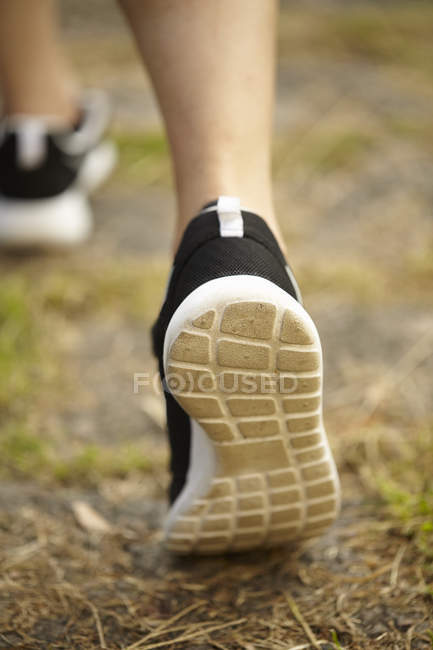 Rückansicht der Frauen Füße tragen Laufschuhe abgeschnitten — Stockfoto