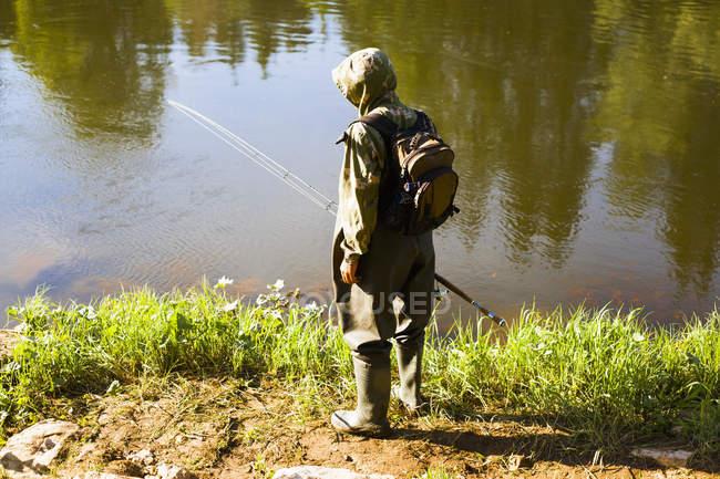 Вид сзади середины взрослого человека, рыбалка с берега, Sarsy деревне, Свердловская область, Россия — стоковое фото