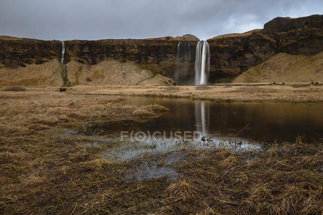 Cachoeira de Seljalandsfoss, abaixo Eyjafjallajokull, área vulcânica, sul da Islândia — Fotografia de Stock