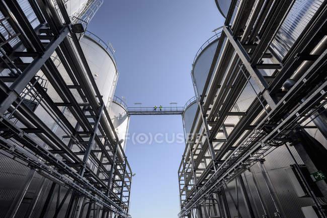 Lavoratore in cima di serbatoi di stoccaggio olio fabbrica di fusione — Foto stock