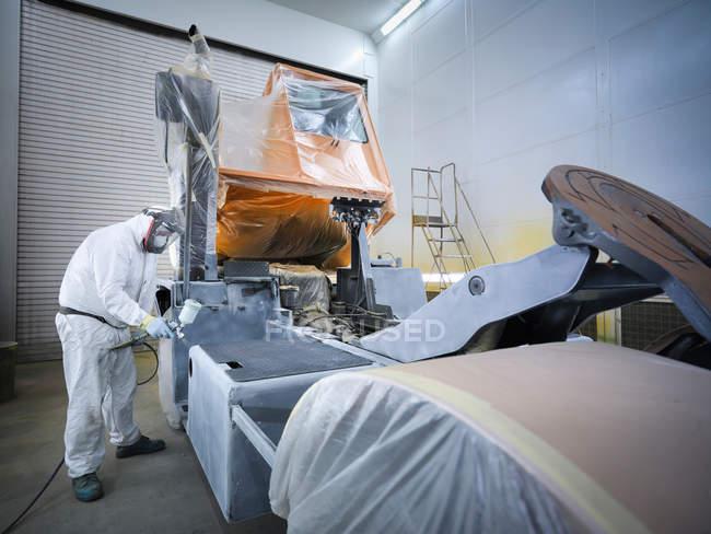 Trabajador masculino de pintura de roción camión en fábrica - foto de stock