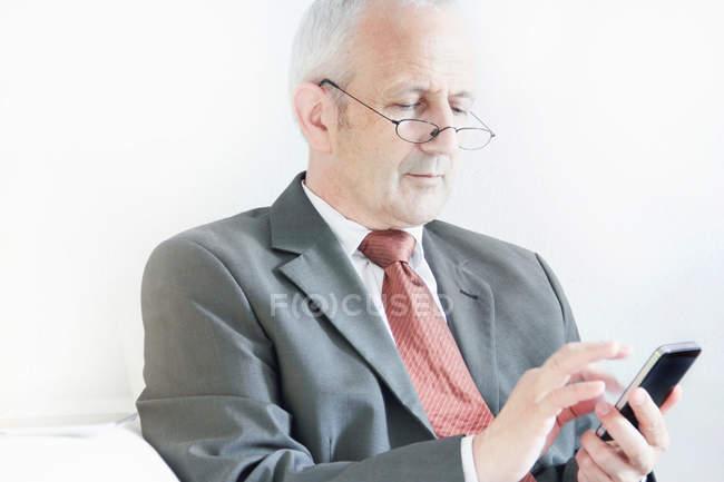 Geschäftsmann mit Handy — Stockfoto