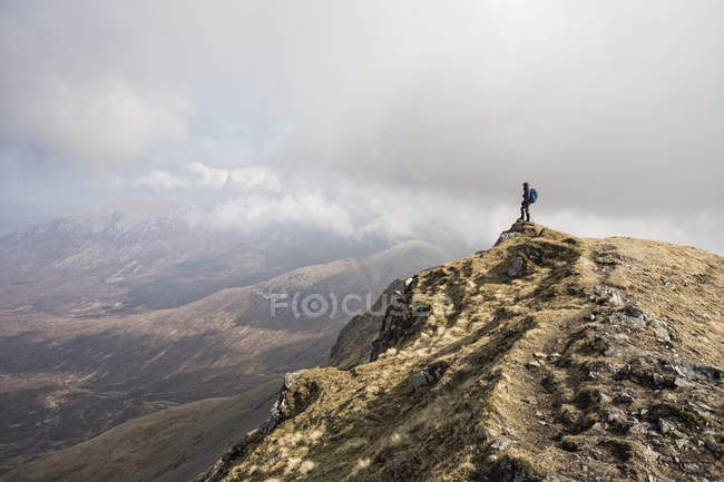Mulher em cima de Marsco, Glen Sligachan, Ilha de Skye, Escócia — Fotografia de Stock