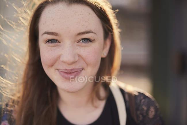 Портрет молодой женщины, открытая, улыбающаяся, Бристоль, Великобритания — стоковое фото