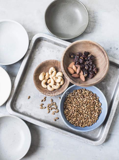 Вид зверху різні горіхи та насіння в чаші — стокове фото