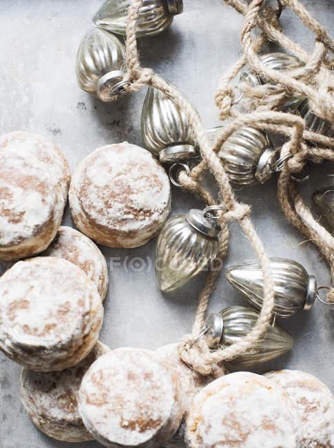 Primer plano de galletas de jengibre con decoraciones navideñas - foto de stock