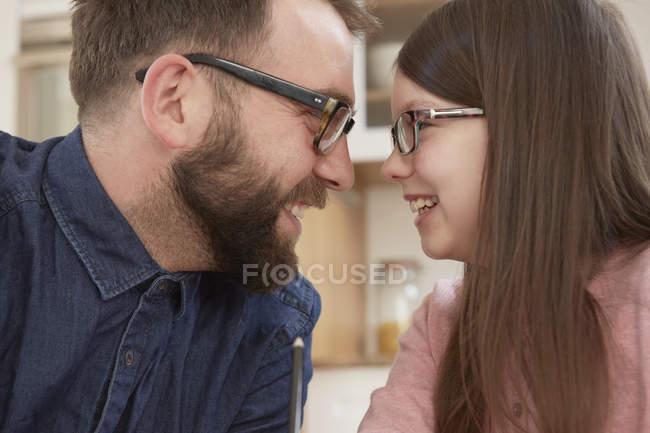 Metà adulto uomo e figlia sorridente faccia a faccia — Foto stock