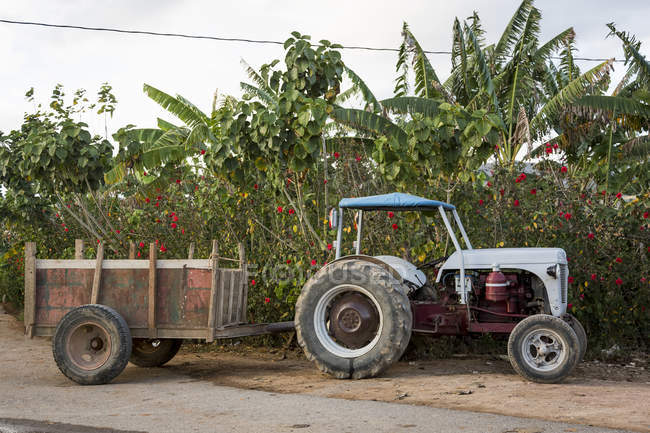 Farming tractor-trailer on roadsides in vinales, Cuba — Stock Photo