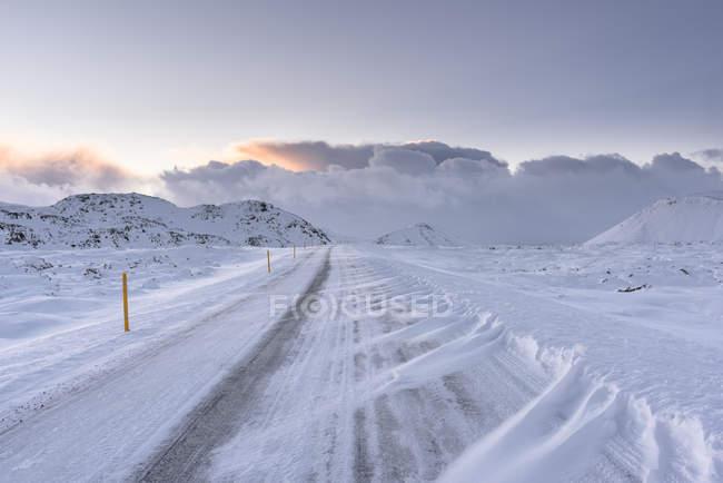 Diminuindo a perspectiva ventoso marcas de pneu na estrada — Fotografia de Stock