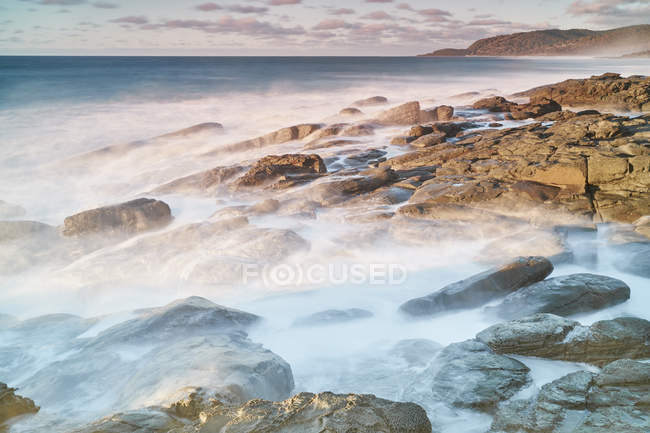 Majestuoso escenario tranquilo con la costa del mar en niebla, australia - foto de stock