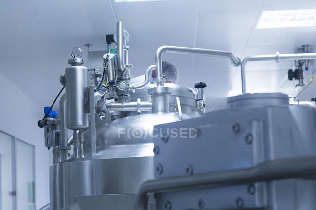 Nahaufnahme eines Raumes mit silbernen medizinischen Fertigungsmaschinen — Stockfoto