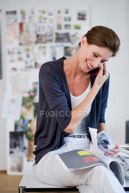 Mujer de negocios hablando por teléfono celular - foto de stock