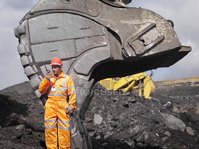 Mineur de charbon avec talkie-walkie — Photo de stock