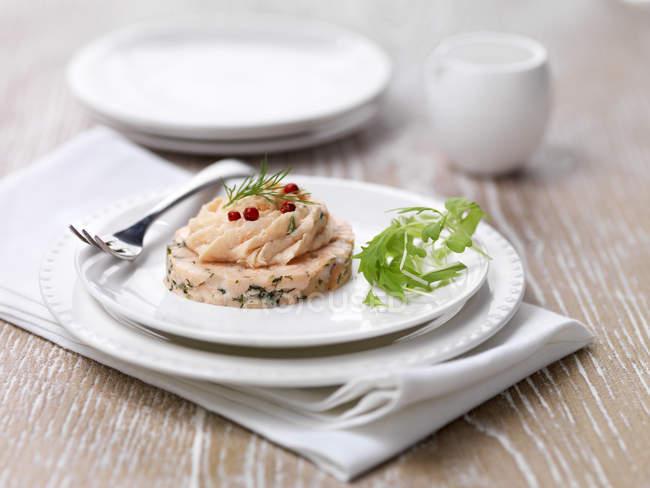 Garni starter saumon poché avec roquette sur plaque — Photo de stock
