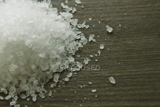 Близько від кам'яної солі на дерев'яні поверхні — стокове фото