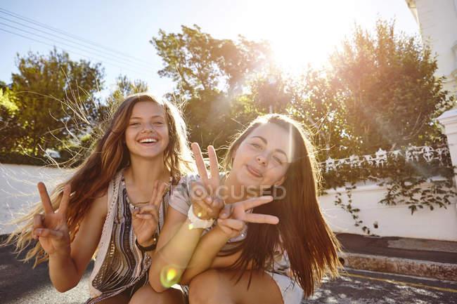 Дівчатка-підлітки веселяться на житловій вулиці, Кейптауні, Південна Африка — стокове фото