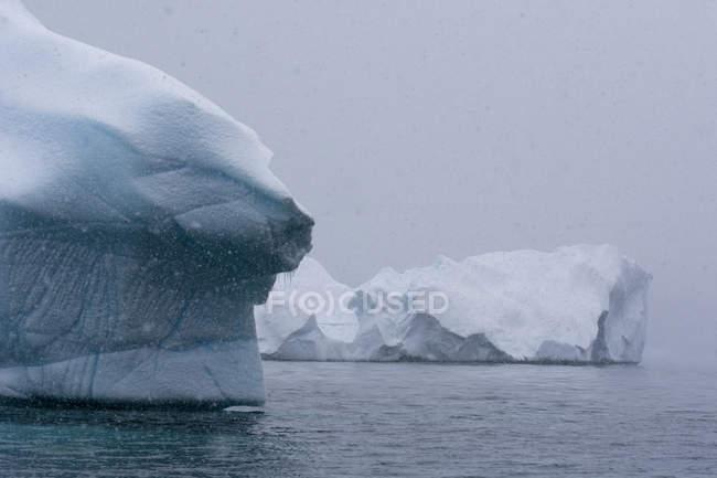 Icebergs sob um céu tempestuoso, canal Lemaire, Antártida — Fotografia de Stock