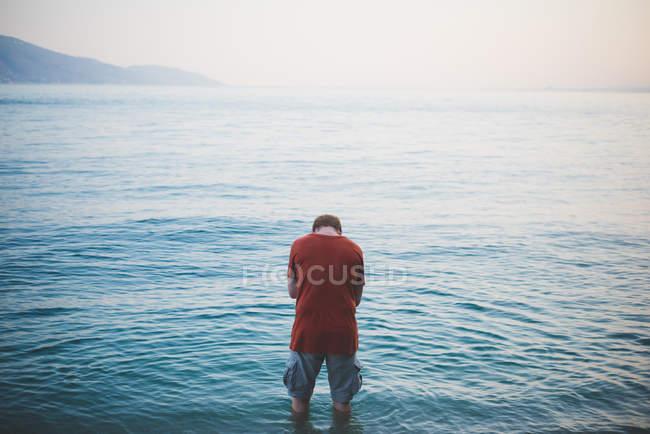Uomo con la testa in giù sul Lago di Garda, Italia — Foto stock