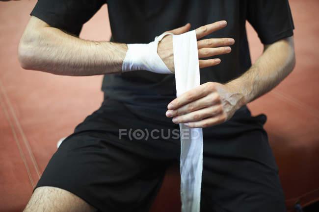 Boxer bandage des mains avant d'enfiler des gants, section — Photo de stock