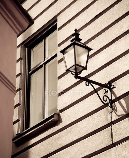 Lampada di via sulla facciata alla luce del sole — Foto stock