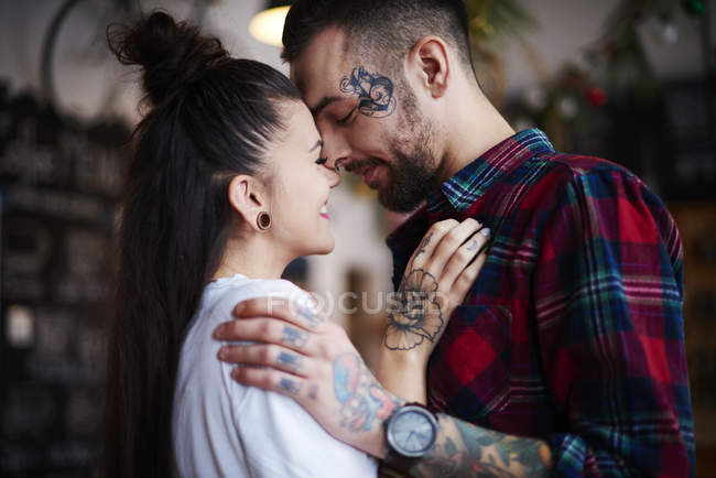 Paar lächelt sich ins Gesicht — Stockfoto