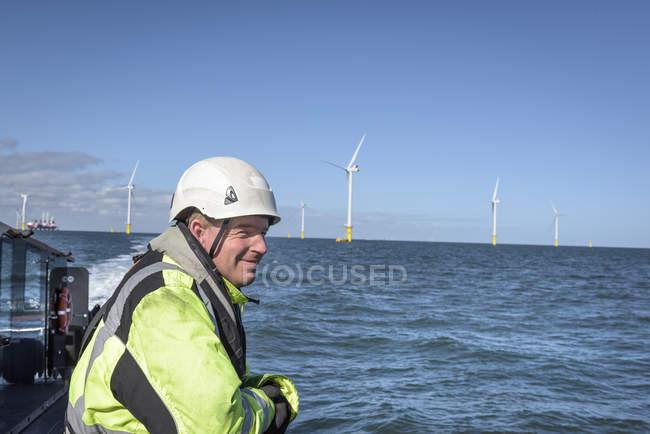 Екіпаж на палубі човна на береговій вітровій електростанції. — стокове фото