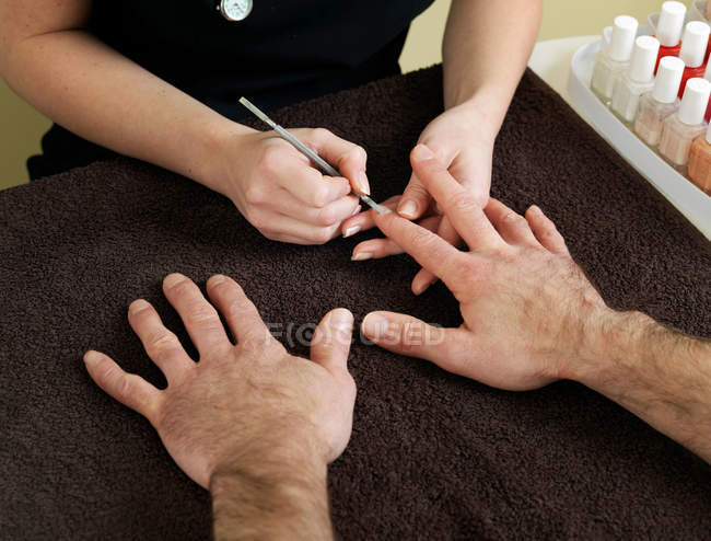 Recadrée coup de mains mâles recevant manucure dans un salon de beauté — Photo de stock