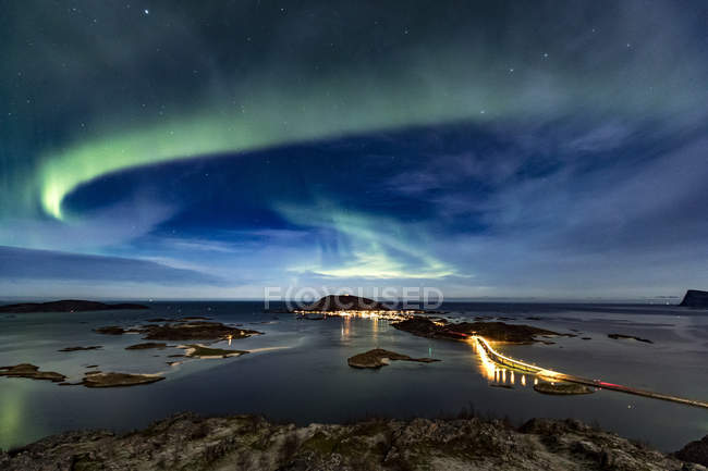 Северное сияние в небе и освещенный Соммарой мост — стоковое фото