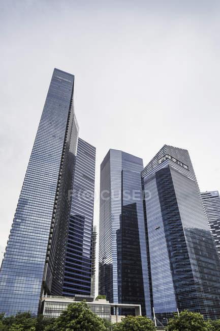 Vista inferiore di skyline di Singapore, Marina Bay — Foto stock