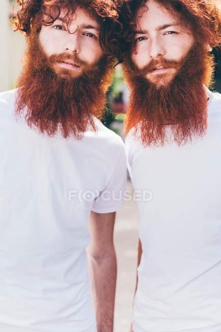 Ritratto di giovani gemelli hipster con barba rossa che indossano magliette bianche — Foto stock