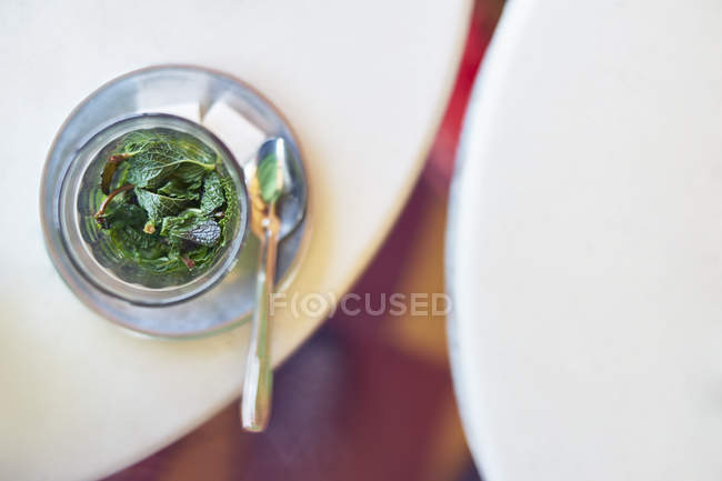Vue de dessus de verre à thé menthe sur table — Photo de stock