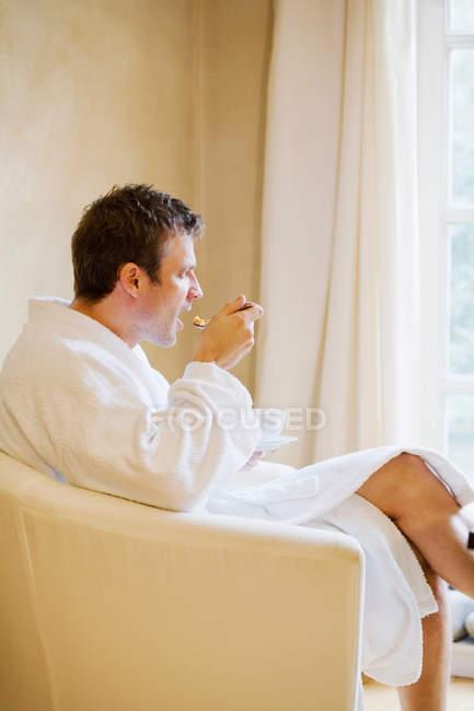 Человек в халате, Завтрак — стоковое фото