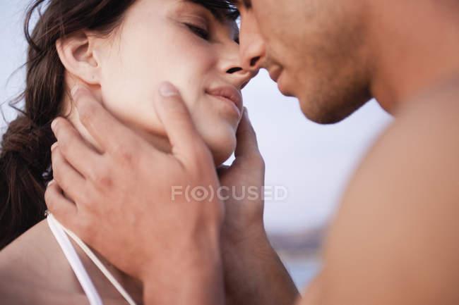 Paar küsst sich am Strand — Stockfoto