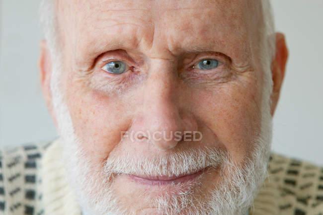 Homem mais velho olhando para a câmera — Fotografia de Stock