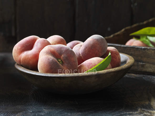 Fruta orgánica fresca, donut melocotones sobre mesa - foto de stock