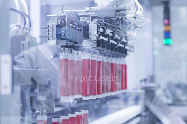 Фронтальний вид товарів медичного призначення в manufactary хімія — стокове фото