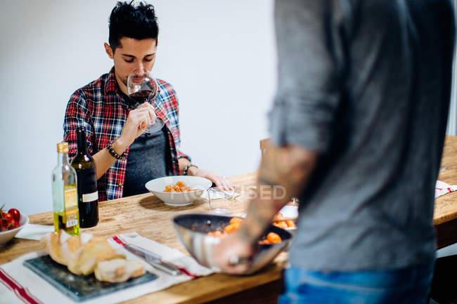 Couple mâle ayant des repas à table — Photo de stock