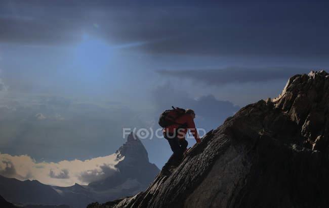 Ältere männliche Kletterer Klettern Felswand in der Nähe von Matterhorn, Kanton Wallis, Schweiz — Stockfoto