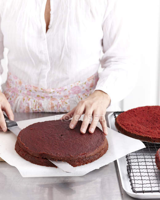 Faire gâteau au chocolat de velours rose — Photo de stock