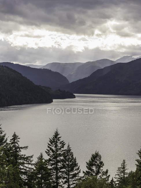 Raios de sol através de nuvens sobre o lago Comox, Coutenay, ilha de Vancouver, Colúmbia Britânica, Canadá — Fotografia de Stock