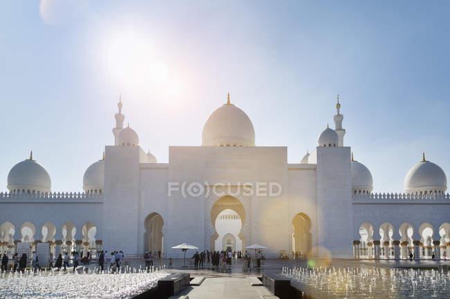 Мечеть шейха Заида в дневное время, Абу-Даби, Объединенные Арабские Эмираты — стоковое фото