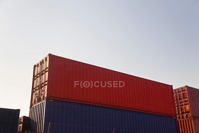 Vue des conteneurs empilés — Photo de stock