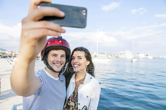 Young cyclomoteur selfie prise de couple sur le port de Split, Dalmatie, Croatie — Photo de stock