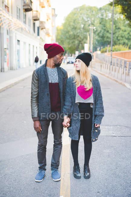 Paar trifft sich tagsüber auf offener Straße — Stockfoto