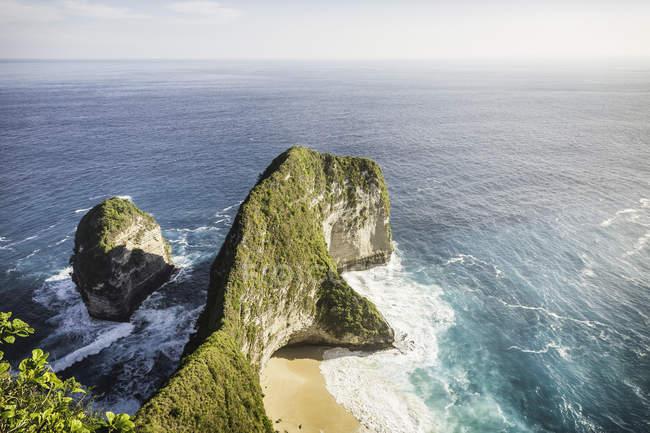 Vista ad alto angolo di formazione rocciosa e mare, Peluwang, Costa Sud, Nusa Penida, Indonesia — Foto stock