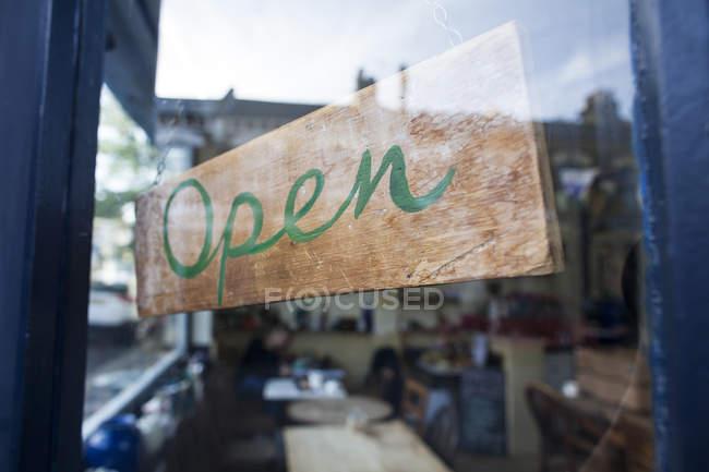 Відкрити знак на скляні двері кафе — стокове фото