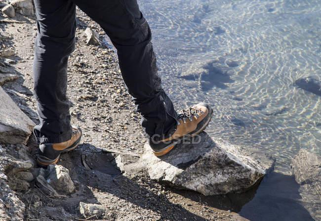 Mid homme adulte debout à côté du lac Morasco, Morasco, Val Formazza, Piemonte, Italie — Photo de stock